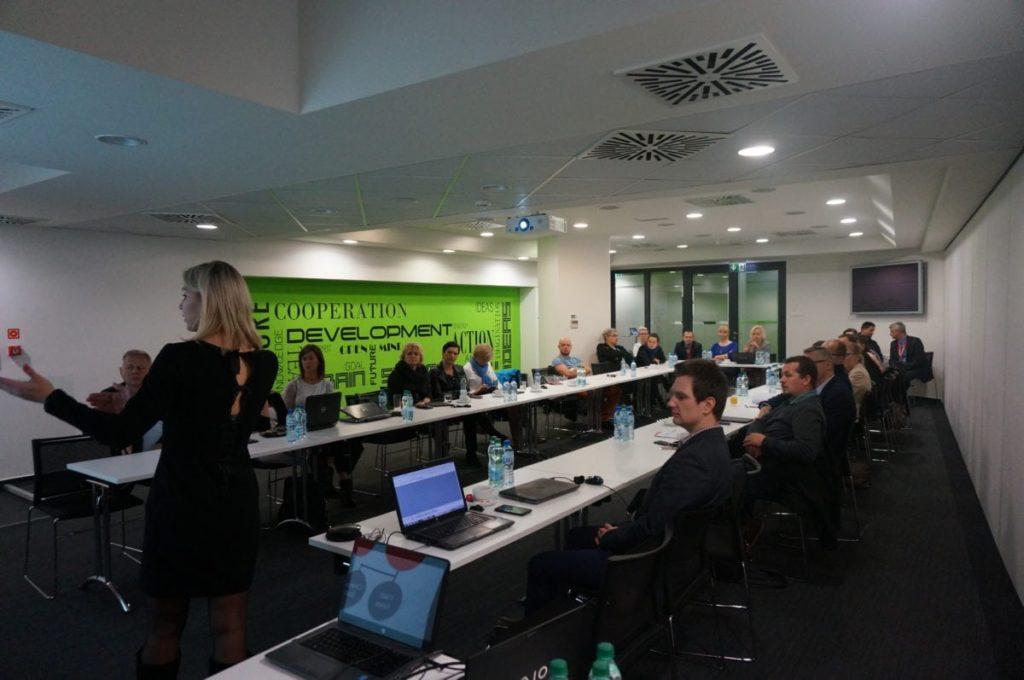 Alena Lukashova (SugarCRM) w wystąpieniu odnoszącym się do problemu adaptacji systemu przez użytkowników końcowych.