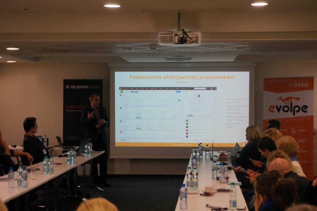 """Łukasz Taranta w trakcie swojego wystąpienia na konferencji """"Efektywne zarządzanie sprzedażą z SugarCRM""""."""